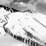 Gesero - colonna di soldati durante la discesa al campo dopo il lavoro di sgombero neve (CH-AFS#E27#1000/721#14095#3559)