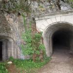L'ingresso ovest dell'appostamento d'artiglieria in caverna n.77 alla vetta del Monte Orsa - © 2011 Giuseppe Franzetti